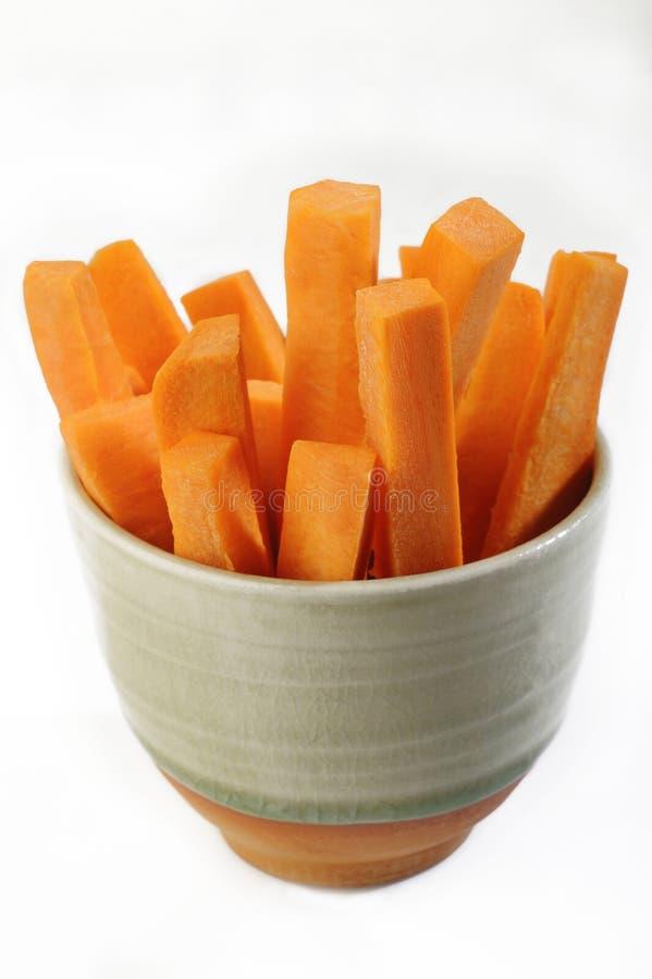 Bastoni di carote in ciotola fotografie stock