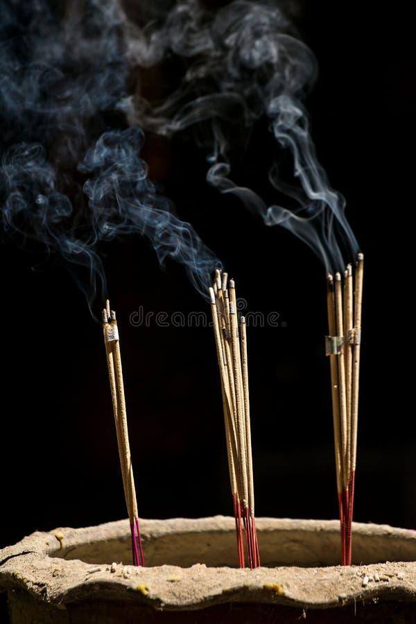 Bastoni di incenso con fumo immagini stock libere da diritti