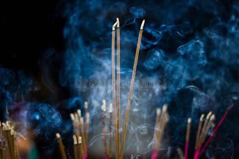 Bastoni di incenso con fumo blu fotografia stock