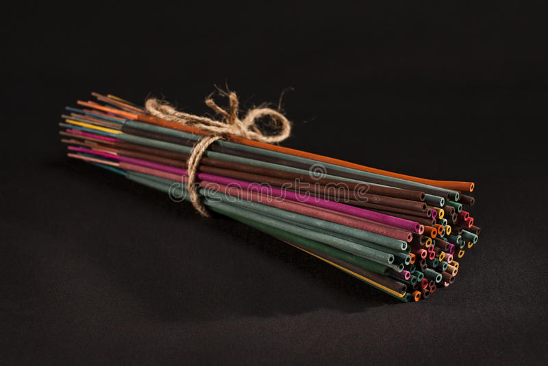 Bastoni di incenso legati insieme alla corda fotografie stock libere da diritti