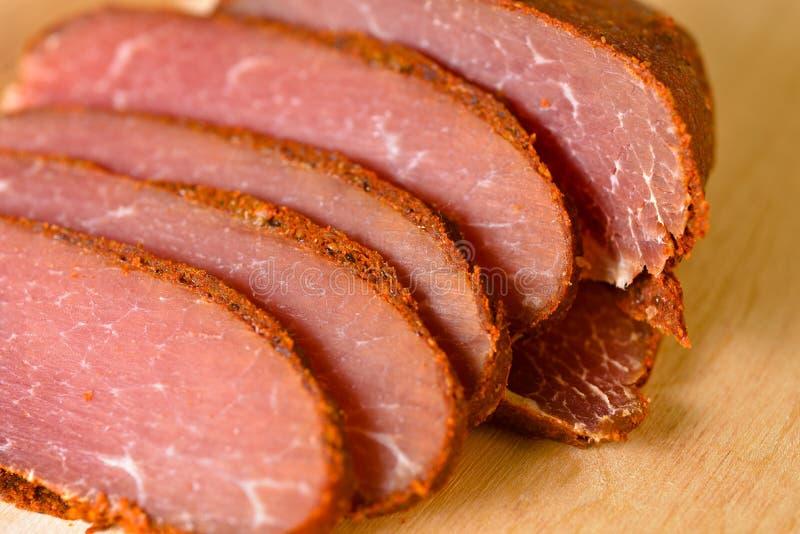 Basturma découpé en tranches par viande image stock