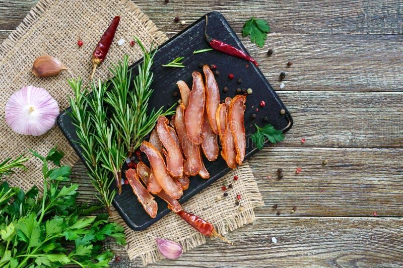 Basturma stoßartig Stücke Fleisch mit rotem Pfeffer Traditioneller asiatischer Fleischaperitif stockfotos