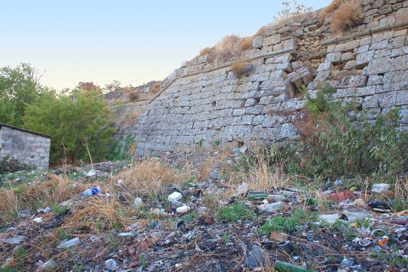 Basura cerca de la pared del castillo, Eni-Col rizada imágenes de archivo libres de regalías