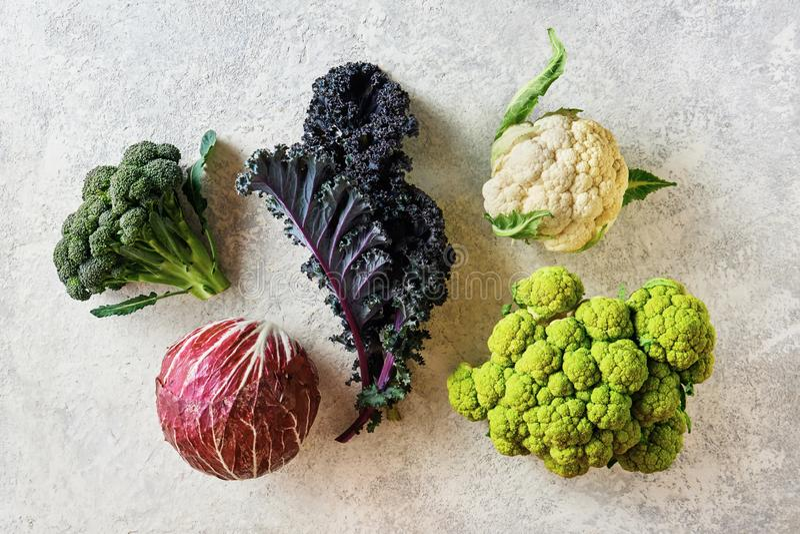 Basura de diferentes variedades sobre un fondo ligero, coliflor, radicchio, brócoli, Kale fotos de archivo