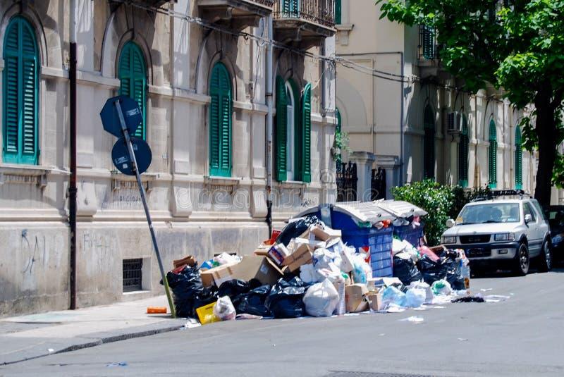 Basura de la crisis de la basura de Sicilia en calles imágenes de archivo libres de regalías