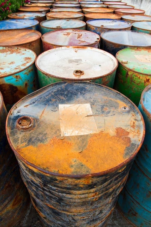 Basura de la gasolina en fábrica oxidada de la forma del descarte del tanque hace tiempo largo foto de archivo libre de regalías