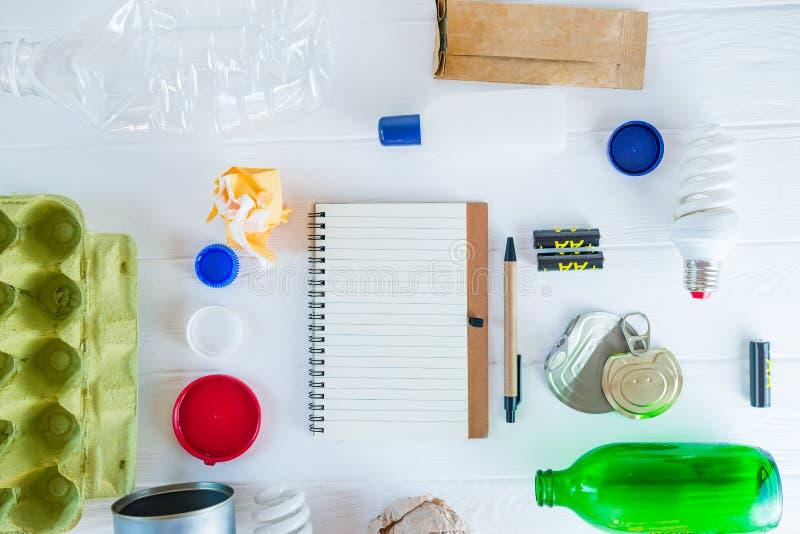 Basura de la visi?n del reciclaje superior y de la ausencia de reciclaje y gesti?n de desechos reutilizable como metal, pl?stico, imagen de archivo libre de regalías