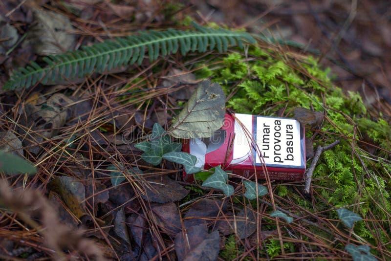 Basura de las causas que fuma imagenes de archivo