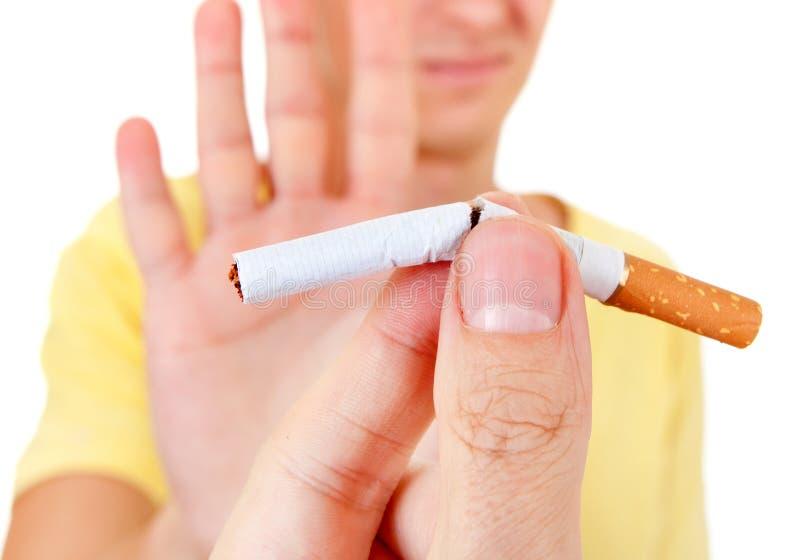 Basura del hombre un cigarrillo imagen de archivo libre de regalías