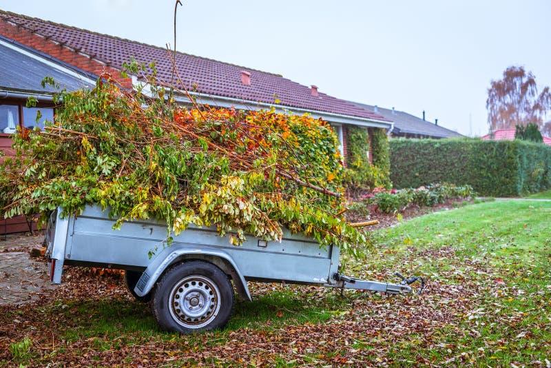 Basura del jardín en un carro foto de archivo