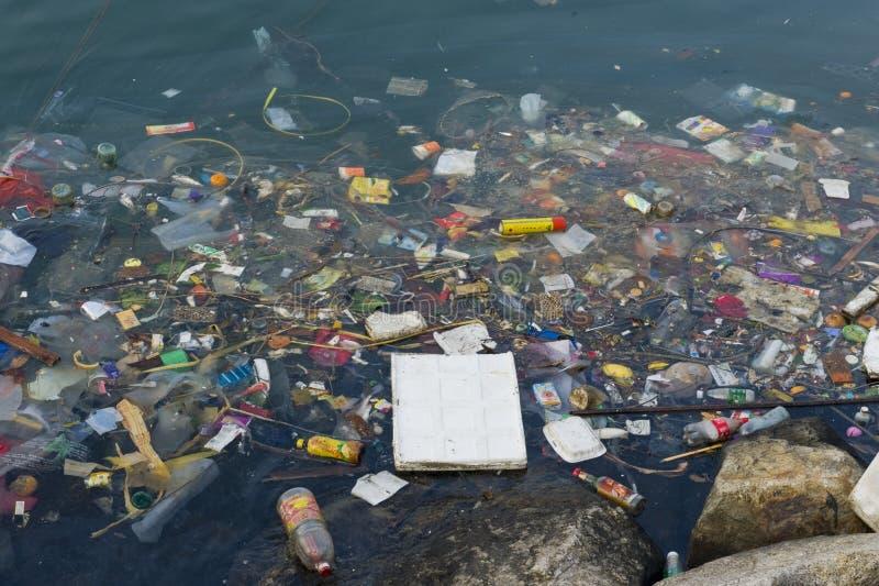 Basura del plástico en el río imagenes de archivo