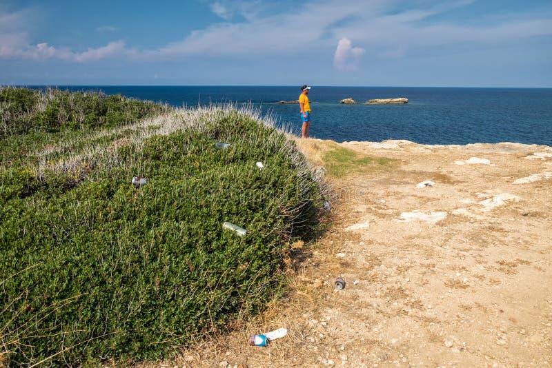 Basura en la costa costa del mar Mediterráneo en Chipre septentrional fotos de archivo