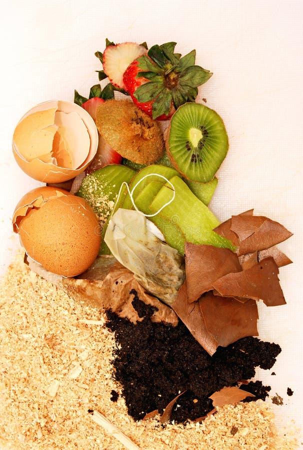 Basura orgánica para el estiércol vegetal en blanco foto de archivo