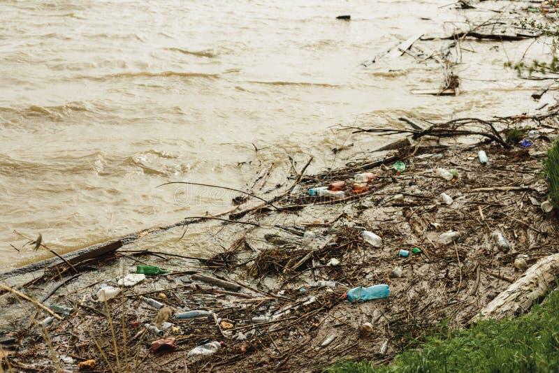 Basura plástica en el río, la contaminación y el ambiente en el agua, un problema ambiental fotos de archivo