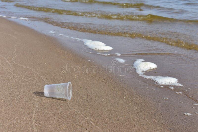 Basura plástica en la playa imagenes de archivo
