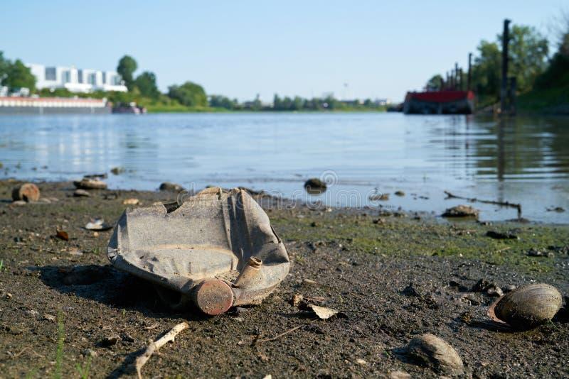 Basura plástica en los bancos del río Elba fotografía de archivo libre de regalías