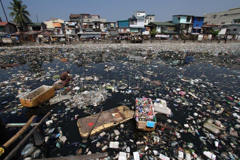 Basura plástica Manila Filipinas del día del agua del mundo foto de archivo