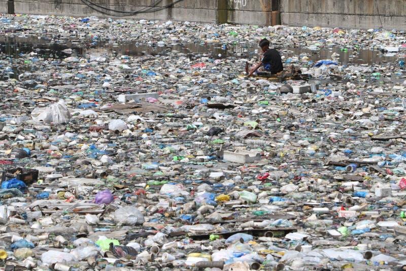 Basura plástica Manila Filipinas del día del agua del mundo fotografía de archivo libre de regalías