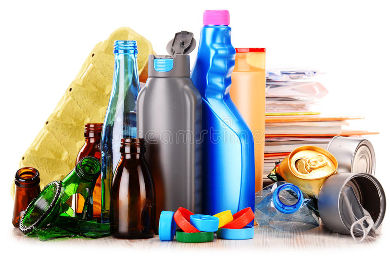 Basura reciclable que consiste en el vidrio, el plástico, el metal y el papel fotos de archivo libres de regalías