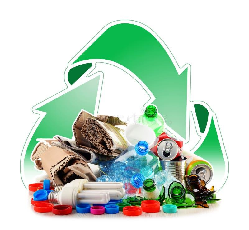 Basura reciclable que consiste en el vidrio, el plástico, el metal y el papel fotos de archivo