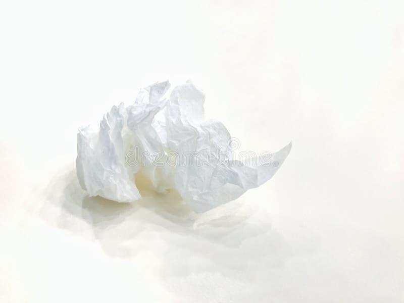 Basura usada de los tejidos, rollos del papel higiénico usados, bola de papel sucia del compartimiento del trapo en el fondo blan imagen de archivo