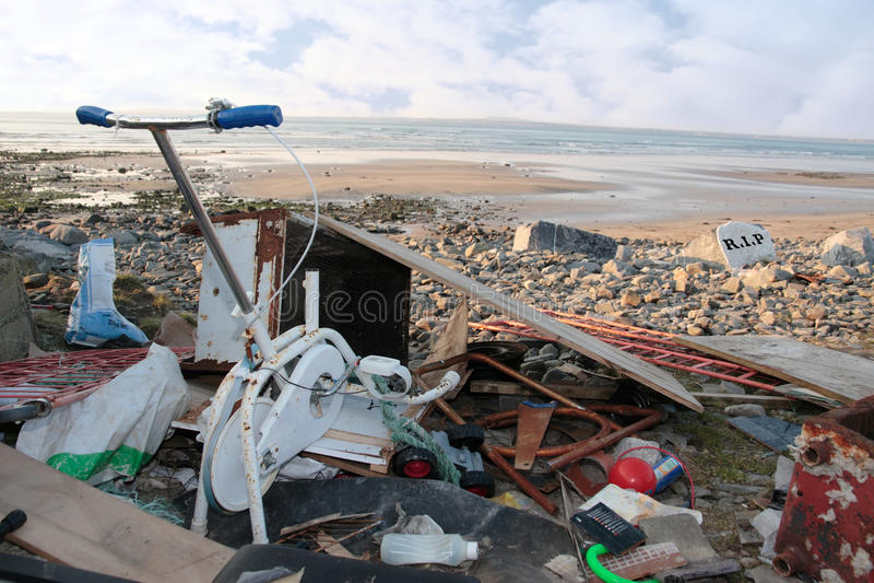 Basura vaciada en una playa imágenes de archivo libres de regalías