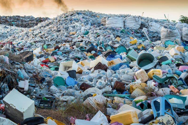 basuras del plástico en el sitio inútil imágenes de archivo libres de regalías