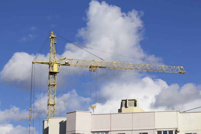Basztowi żurawie na budowie budynek z ramą zbrojony beton Nasłoneczniony przeciw niebieskiemu niebu obraz royalty free