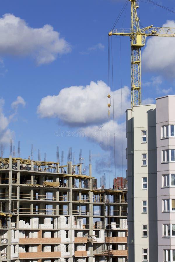 Basztowi żurawie na budowie budynek z ramą zbrojony beton Nasłoneczniony przeciw niebieskiemu niebu fotografia royalty free
