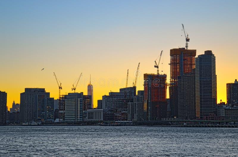 Basztowi żurawie nad Manhattan zdjęcie stock