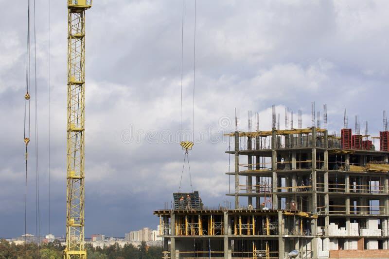 Basztowy żuraw na budowie budynek z ramą zbrojony beton fotografia royalty free