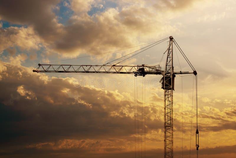 Basztowy żuraw na budowie przy wschodem słońca obrazy stock
