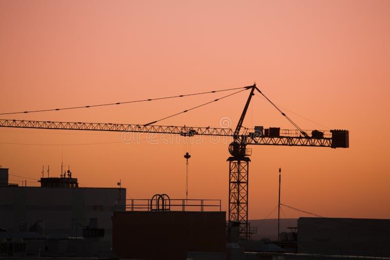 Basztowy żuraw na budowie przy wschodem słońca obraz stock