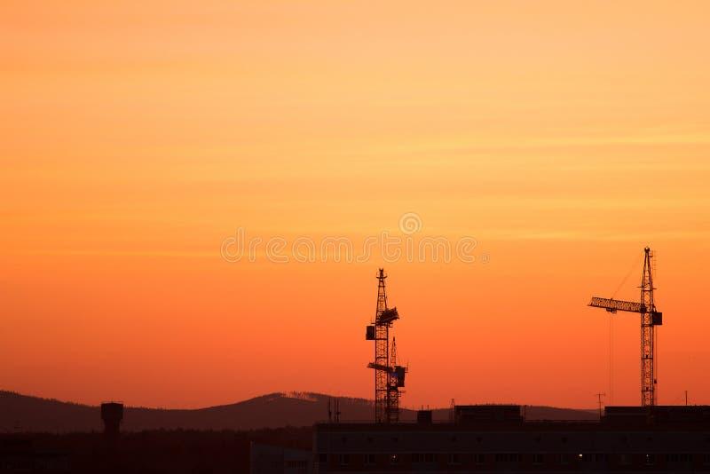 Basztowy żuraw na budowie przy wschodem słońca fotografia stock