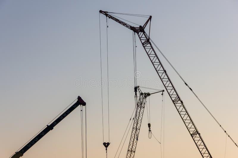 Basztowy żuraw na budowie przy wschodem słońca jibbing zdjęcia royalty free