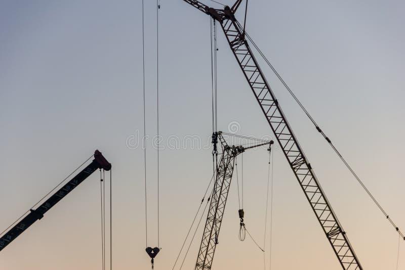 Basztowy żuraw na budowie przy wschodem słońca jibbing obrazy royalty free