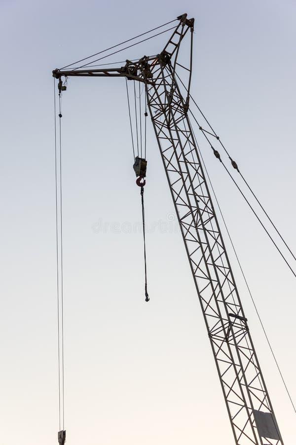 Basztowy żuraw na budowie przy wschodem słońca jibbing fotografia royalty free