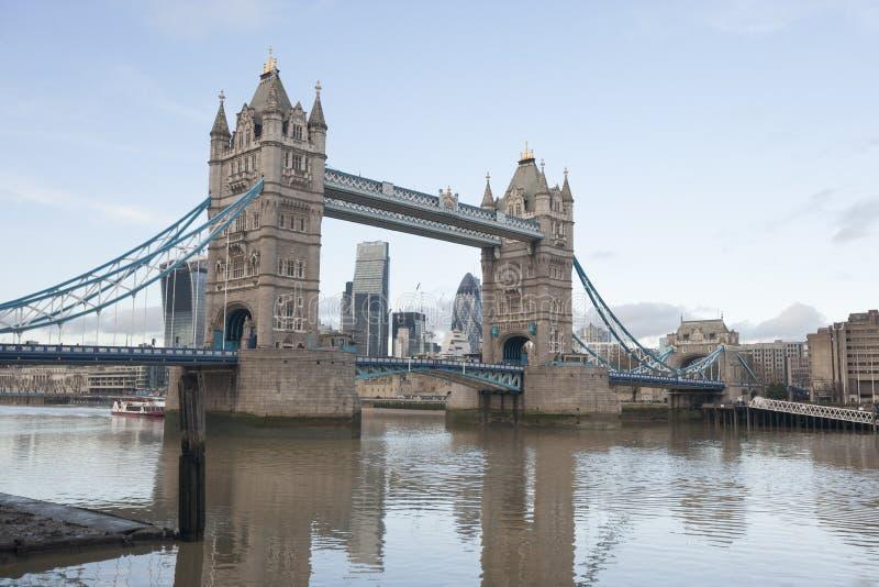 Basztowy most i Rzeczny Thames, Londyn, UK obraz stock
