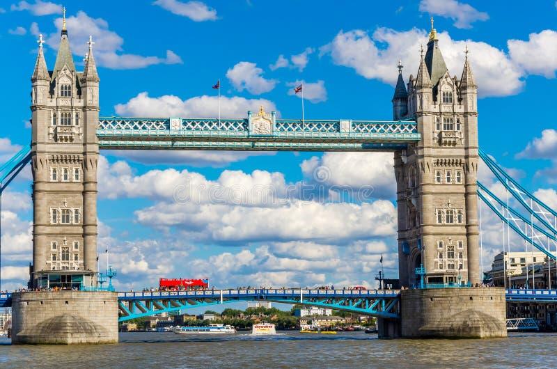Basztowy most nad Rzecznym Thames, Londyn, UK obraz stock