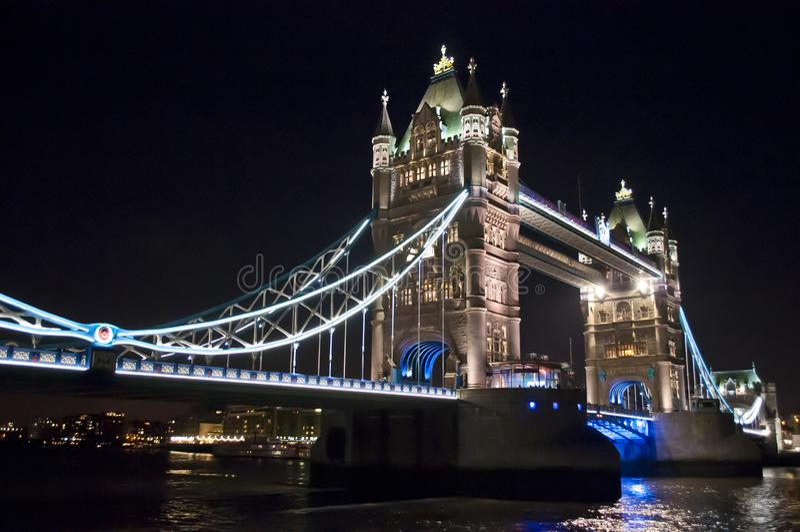 Basztowy most przy nocą, Londyn UK fotografia royalty free