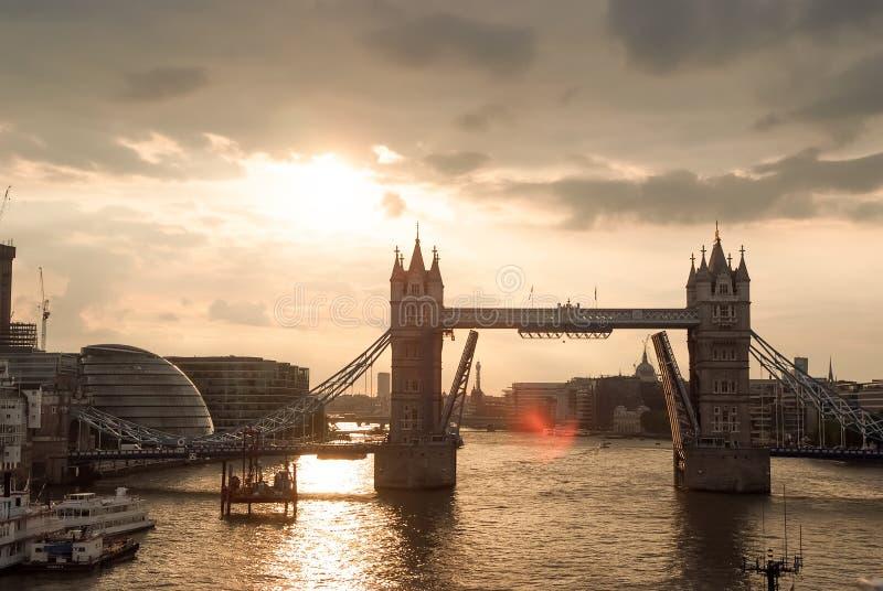Basztowy most w Londyn UK piękny zachód słońca chmury zdjęcia royalty free