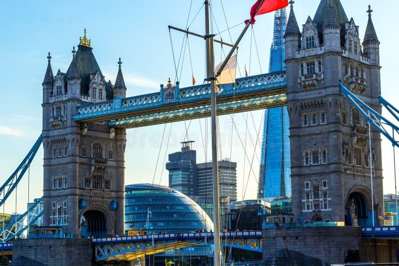 Basztowy most w Londyn z innymi budynkami, zakończenie w górę widoku zdjęcie stock