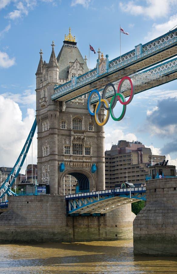 Basztowy most z Olimpijskimi pierścionkami w Londyn obrazy royalty free