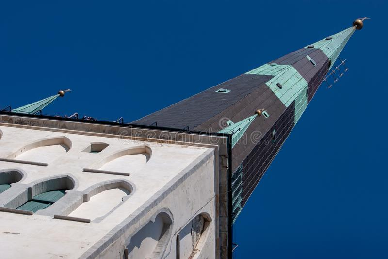 Basztowy Oleviste w starym mieście Tallinn z niebem obrazy stock