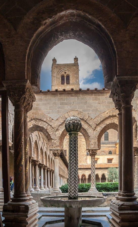 Basztowych kolumn Monreale Przyklasztorna katedra zdjęcia royalty free