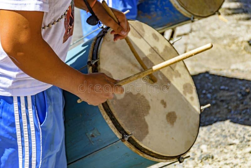 Bat du tambour des joueurs dans un festival folklorique brésilien en l'honneur de St George photos libres de droits