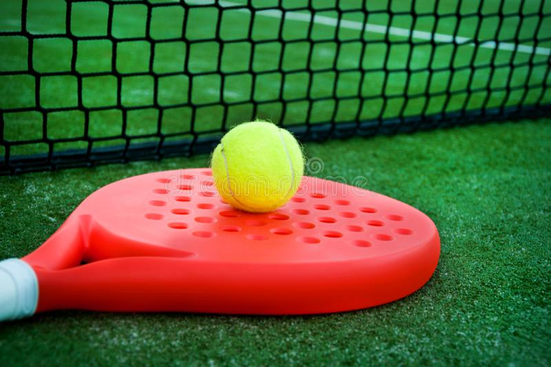 Bata la estafa, la bola y la red de tenis en la hierba imágenes de archivo libres de regalías