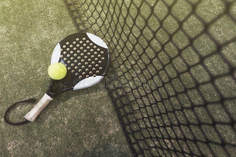 Bata los objetos del tenis en el césped listo para el torneo fotografía de archivo