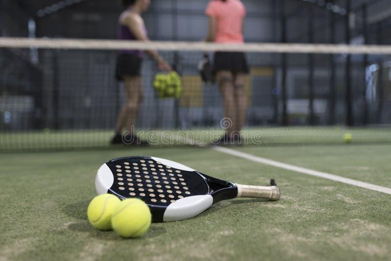 Bata los objetos del tenis en el césped listo para el torneo imagen de archivo