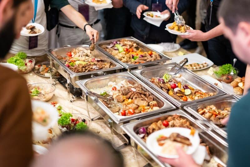 Bata no alimento, no partido de abastecimento do alimento no restaurante, em mini canapes, em petiscos e em aperitivos foto de stock royalty free